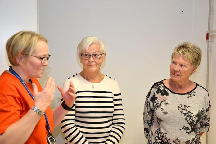 Tre damer snakker sammen