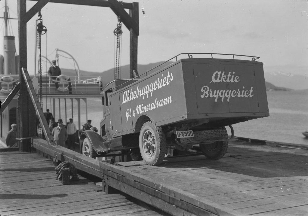 Vareleveranse på vei til Kristiansund N med ferjen «Gaute», 1932.