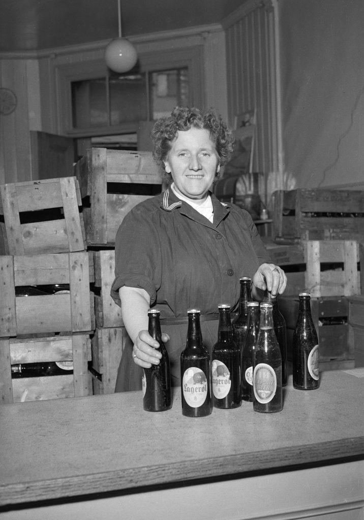 Jenny Austad ved Aktiebryggeriets utsalg i Krambugata, juni 1953.