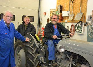 Bilde av menn rundt traktor