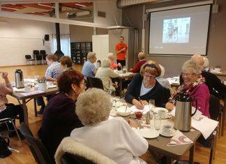Bilde av flere eldre rundt et kaffebord
